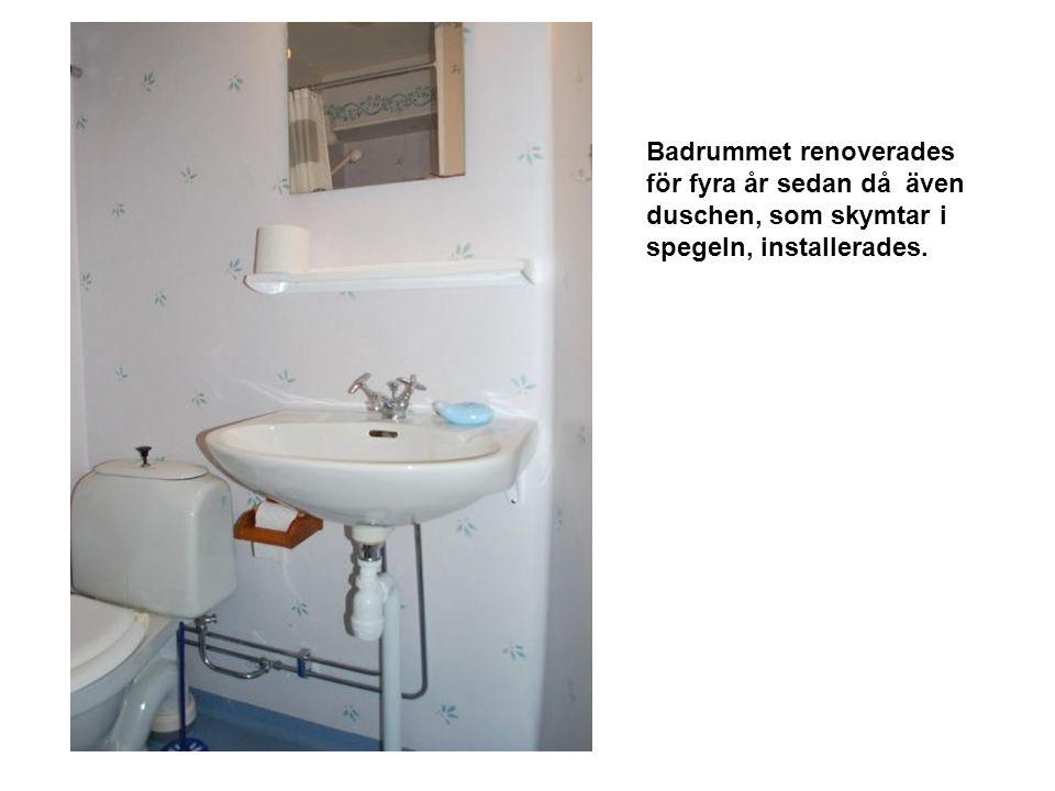Badrummet renoverades för fyra år sedan då även duschen, som skymtar i spegeln, installerades.