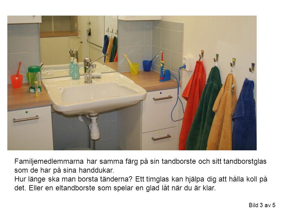 Bild 3 av 5 Familjemedlemmarna har samma färg på sin tandborste och sitt tandborstglas som de har på sina handdukar.
