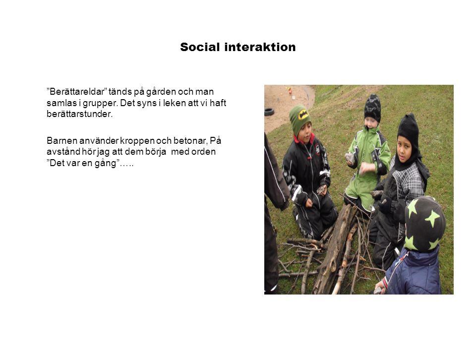 Social interaktion Berättareldar tänds på gården och man samlas i grupper.