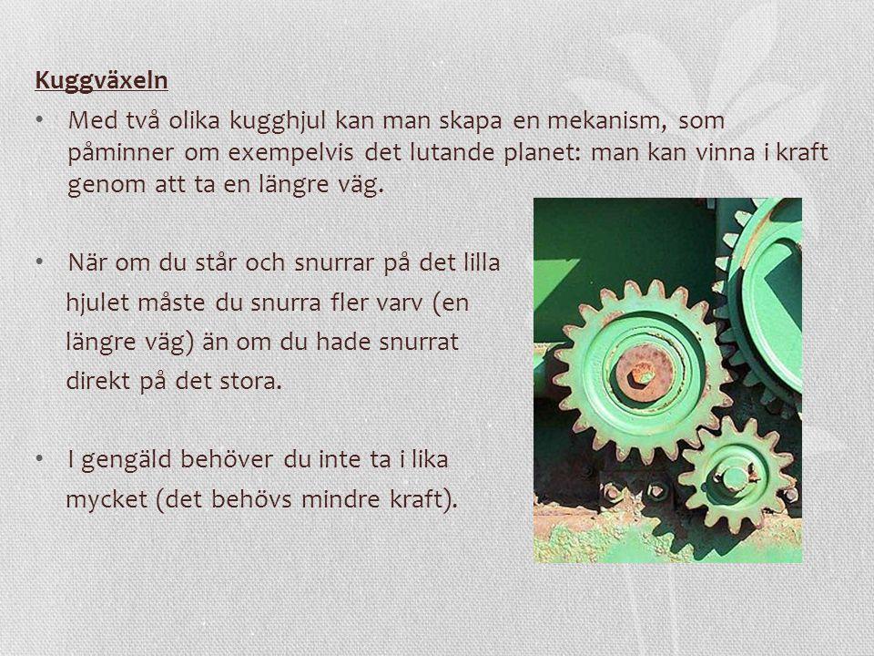Kuggväxeln Med två olika kugghjul kan man skapa en mekanism, som påminner om exempelvis det lutande planet: man kan vinna i kraft genom att ta en längre väg.