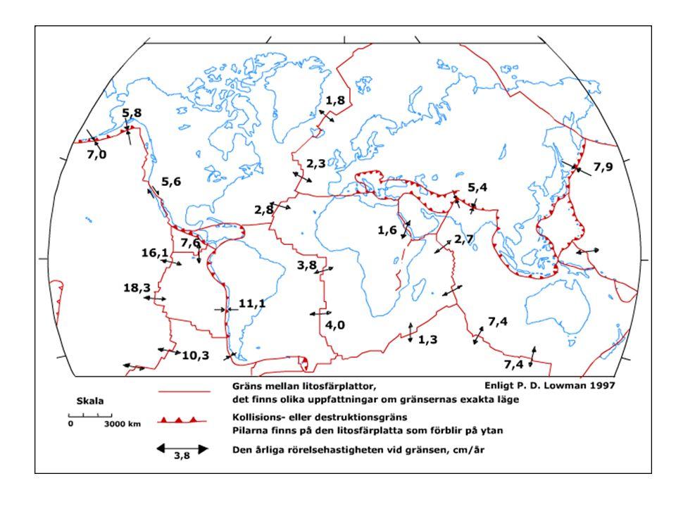 Seismiska hasarder = jordbävningar Jordbävning = skalv som orsakas när spänningsenergi i jordskorpan plötsligt frigörs Orsakas av litosfärplattornas rörelser –divergenszoner (plattor glider isär) –konvergenszoner (plattor krockar) Vanligast vid litosfärplattornas gränser; 80 % sker vid den s.k.