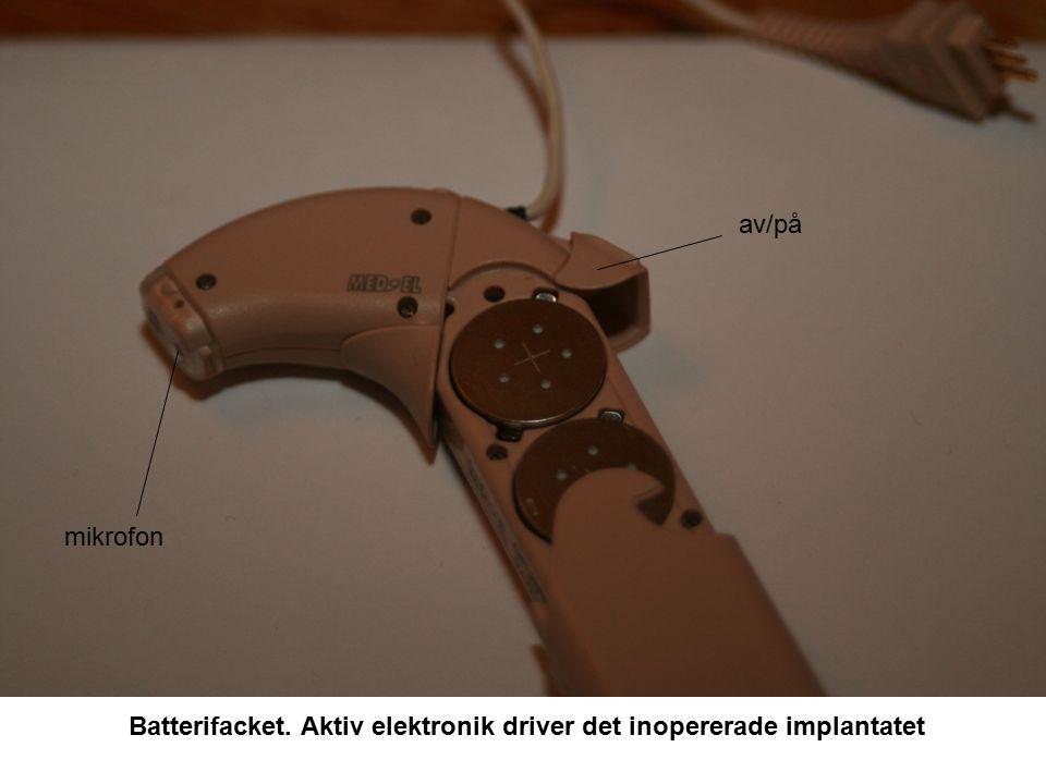 Batterifacket. Aktiv elektronik driver det inopererade implantatet mikrofon av/på