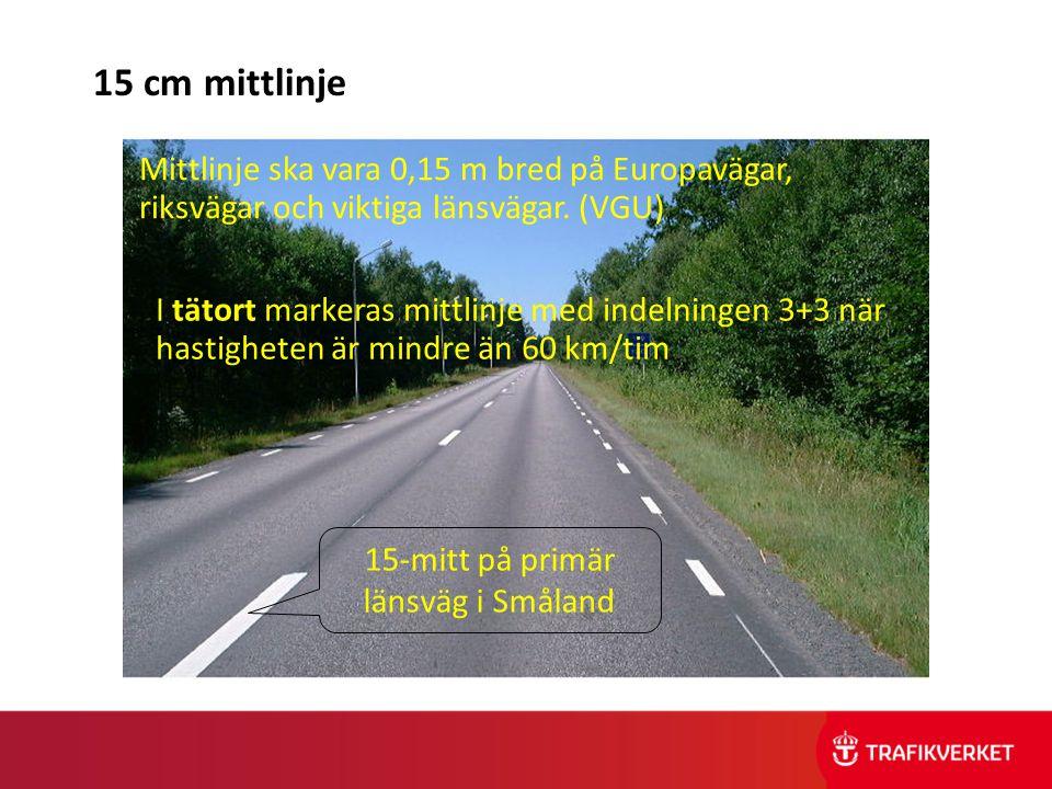 15-mitt på primär länsväg i Småland 15 cm mittlinje Mittlinje ska vara 0,15 m bred på Europavägar, riksvägar och viktiga länsvägar. (VGU) I tätort mar
