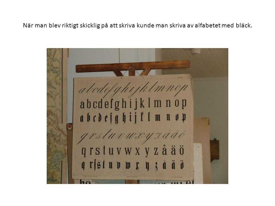 När man blev riktigt skicklig på att skriva kunde man skriva av alfabetet med bläck.