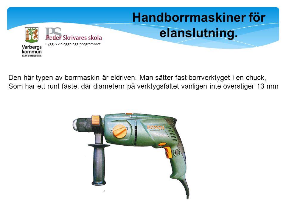 Bygg & Anläggnings programmet Handborrmaskiner för elanslutning. Den här typen av borrmaskin är eldriven. Man sätter fast borrverktyget i en chuck, So