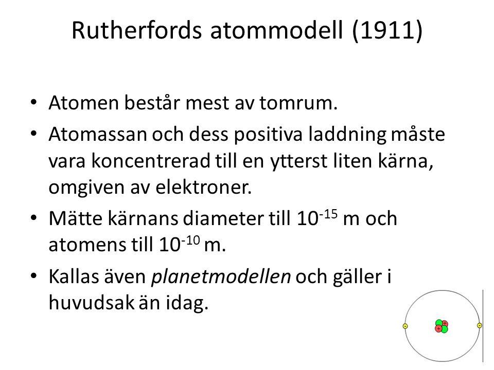 Rutherfords atommodell (1911) • Atomen består mest av tomrum. • Atomassan och dess positiva laddning måste vara koncentrerad till en ytterst liten kär