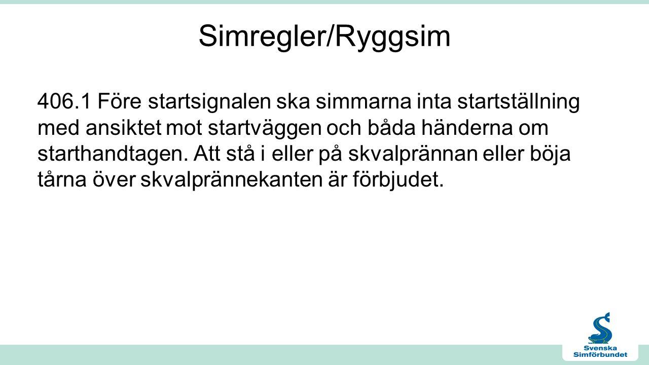 Simregler/Ryggsim 406.1 Före startsignalen ska simmarna inta startställning med ansiktet mot startväggen och båda händerna om starthandtagen.