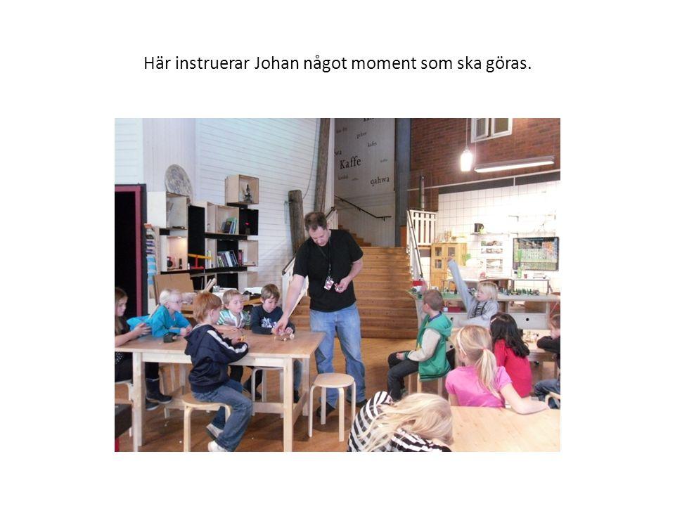 Här instruerar Johan något moment som ska göras.