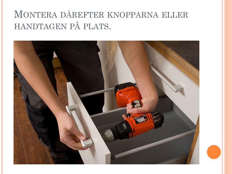 M ONTERA DÄREFTER KNOPPARNA ELLER HANDTAGEN PÅ PLATS.