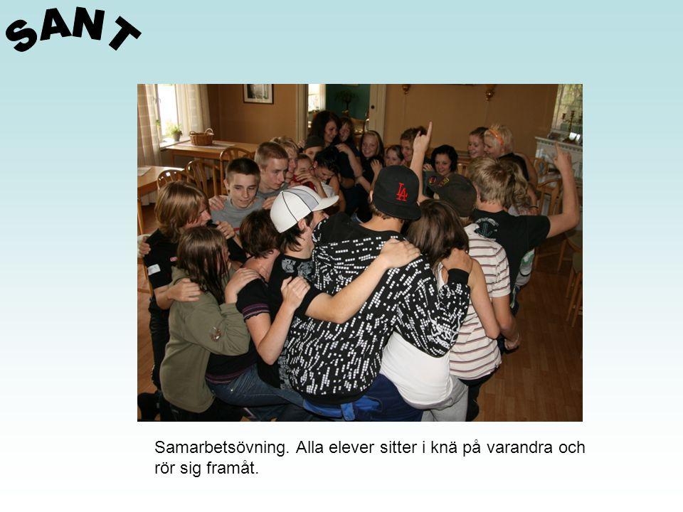 Samarbetsövning. Alla elever sitter i knä på varandra och rör sig framåt.