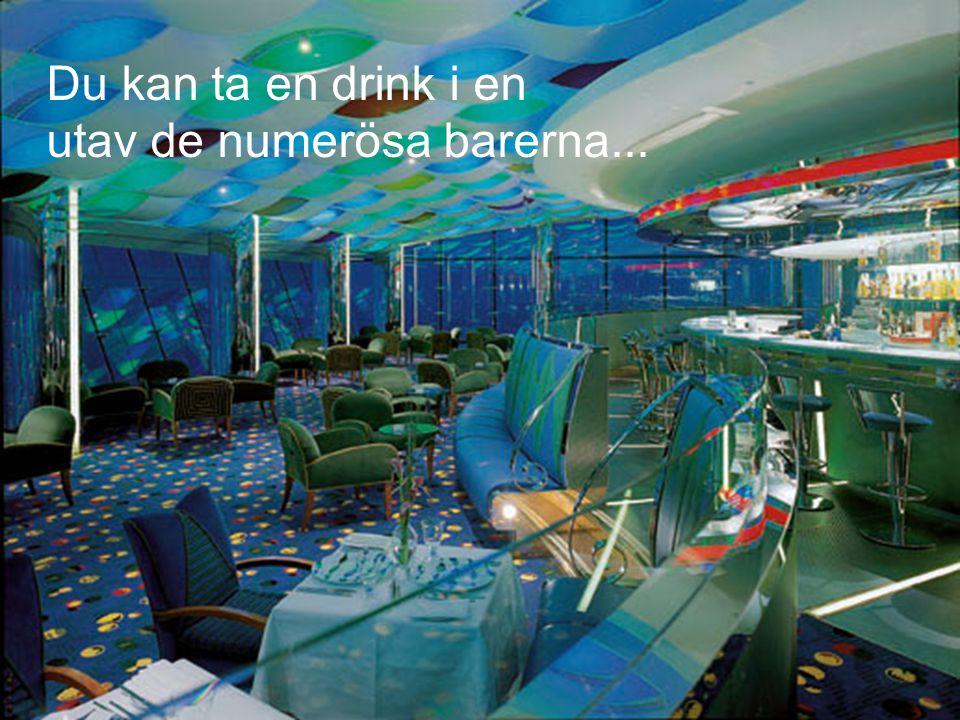 Du kan ta en drink i en utav de numerösa barerna...