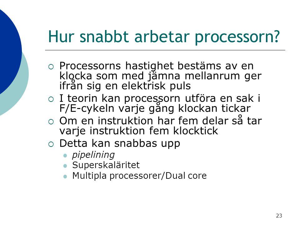 23 Hur snabbt arbetar processorn?  Processorns hastighet bestäms av en klocka som med jämna mellanrum ger ifrån sig en elektrisk puls  I teorin kan