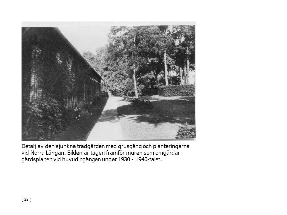 Detalj av den sjunkna trädgården med grusgång och planteringarna vid Norra Längan. Bilden är tagen framför muren som omgärdar gårdsplanen vid huvuding