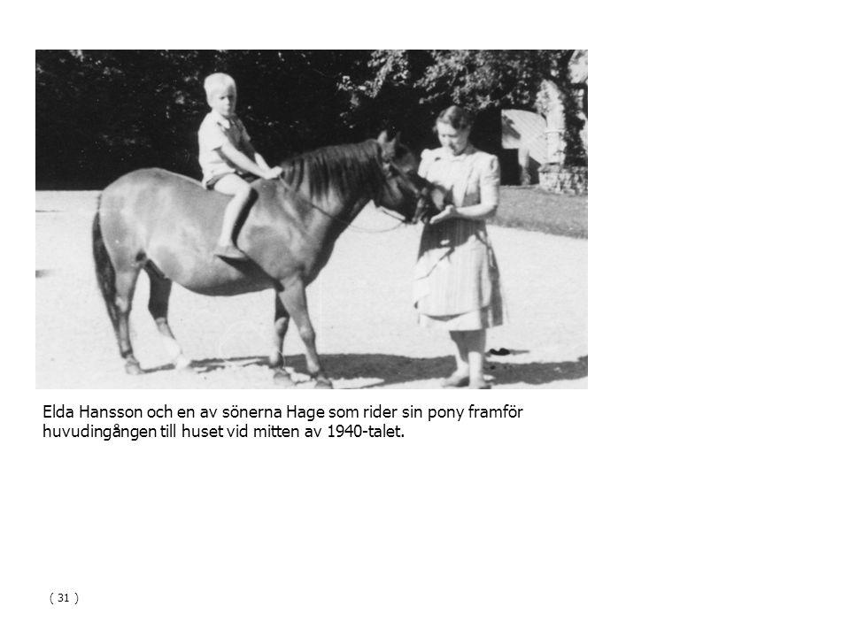 Elda Hansson och en av sönerna Hage som rider sin pony framför huvudingången till huset vid mitten av 1940-talet.