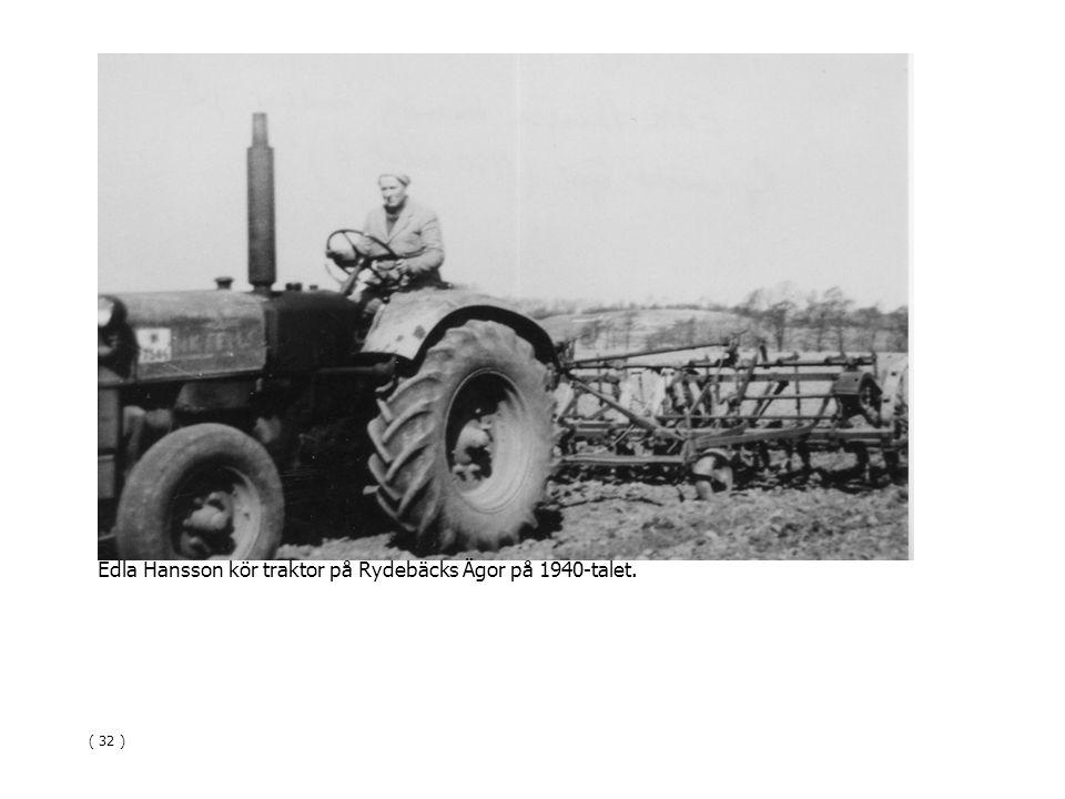 Edla Hansson kör traktor på Rydebäcks Ägor på 1940-talet. ( 32 )