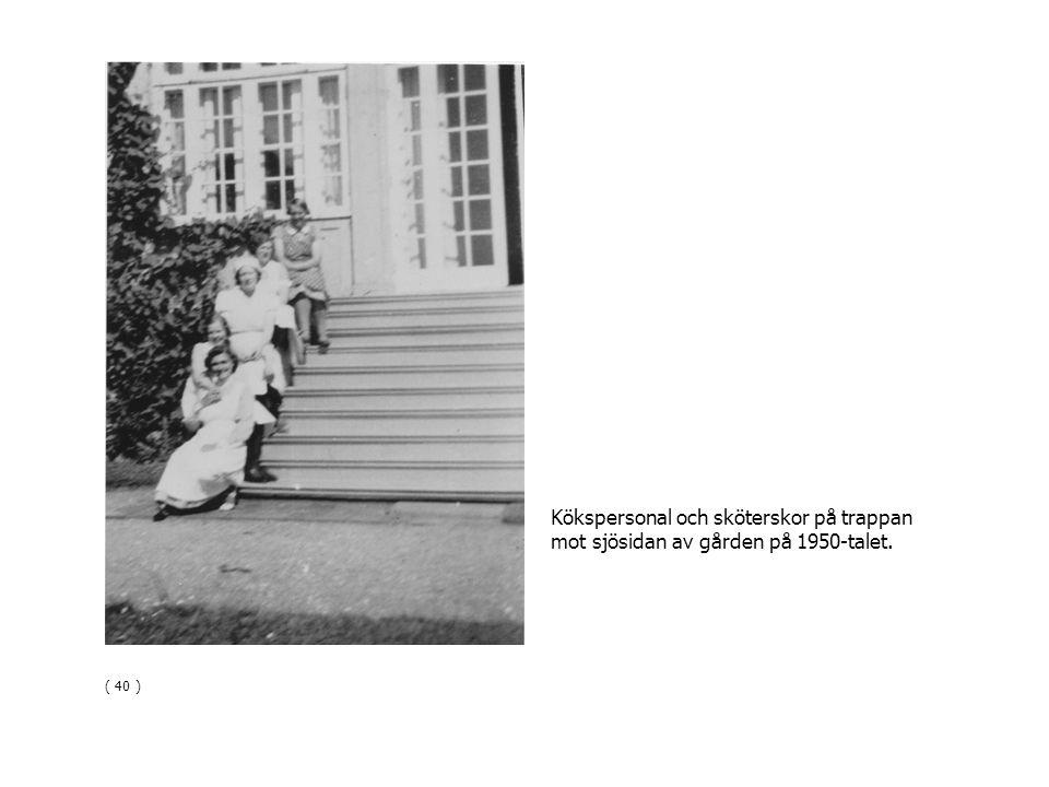 ( 40 ) Kökspersonal och sköterskor på trappan mot sjösidan av gården på 1950-talet.