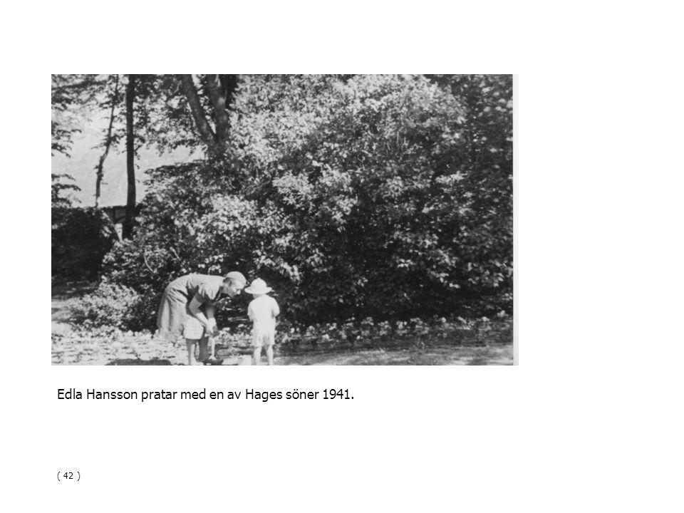 Edla Hansson pratar med en av Hages söner 1941. ( 42 )