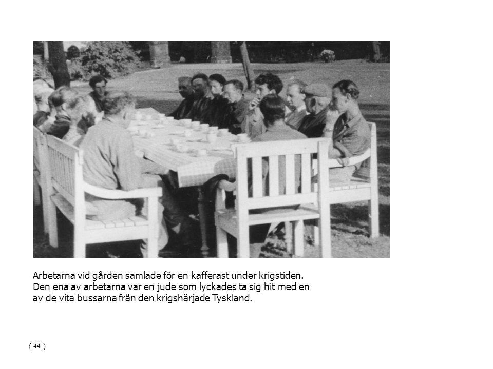 Arbetarna vid gården samlade för en kafferast under krigstiden. Den ena av arbetarna var en jude som lyckades ta sig hit med en av de vita bussarna fr