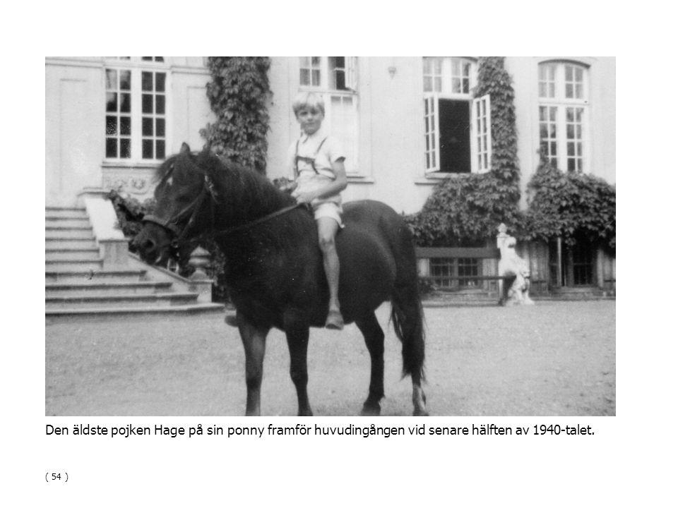 Den äldste pojken Hage på sin ponny framför huvudingången vid senare hälften av 1940-talet. ( 54 )