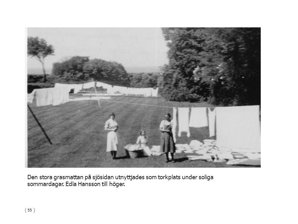 Den stora grasmattan på sjösidan utnyttjades som torkplats under soliga sommardagar. Edla Hansson till höger. ( 55 )