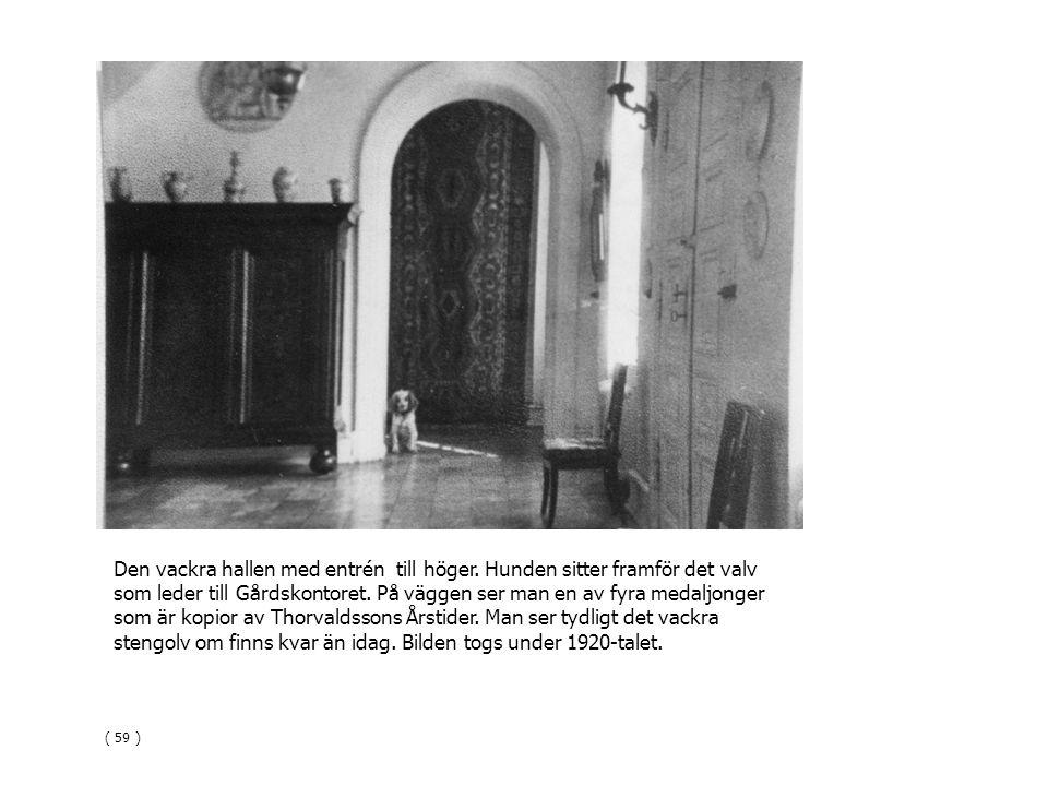 Den vackra hallen med entrén till höger. Hunden sitter framför det valv som leder till Gårdskontoret. På väggen ser man en av fyra medaljonger som är