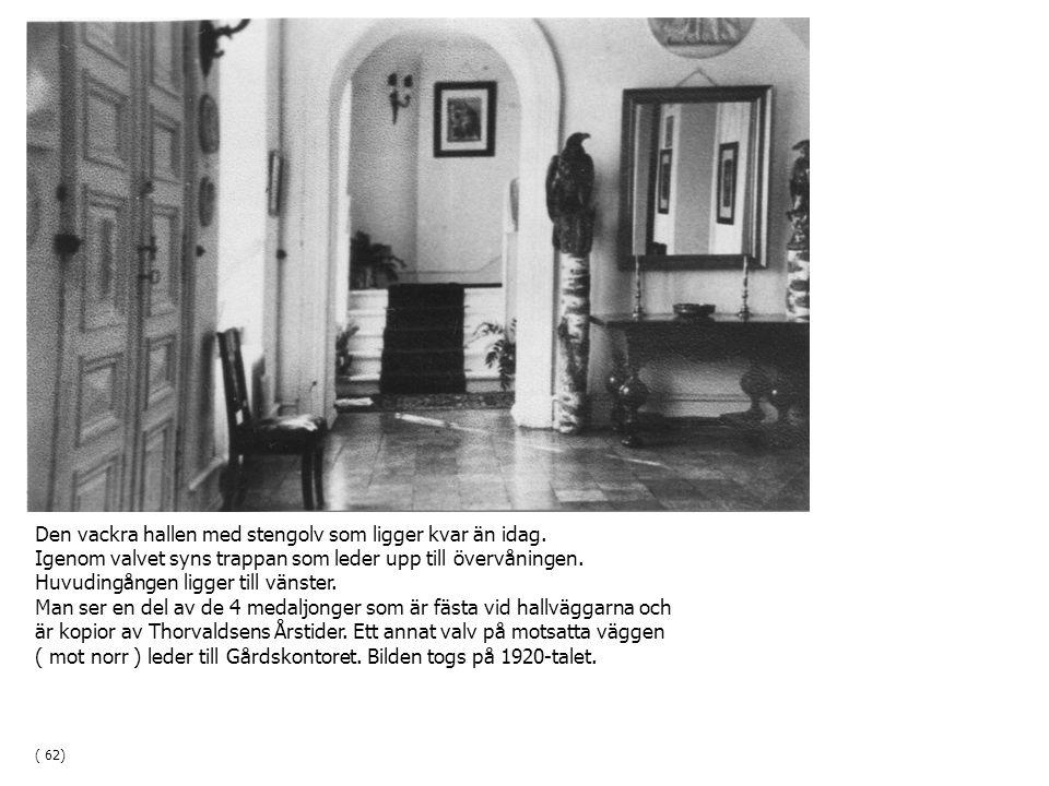 Den vackra hallen med stengolv som ligger kvar än idag. Igenom valvet syns trappan som leder upp till övervåningen. Huvudingången ligger till vänster.