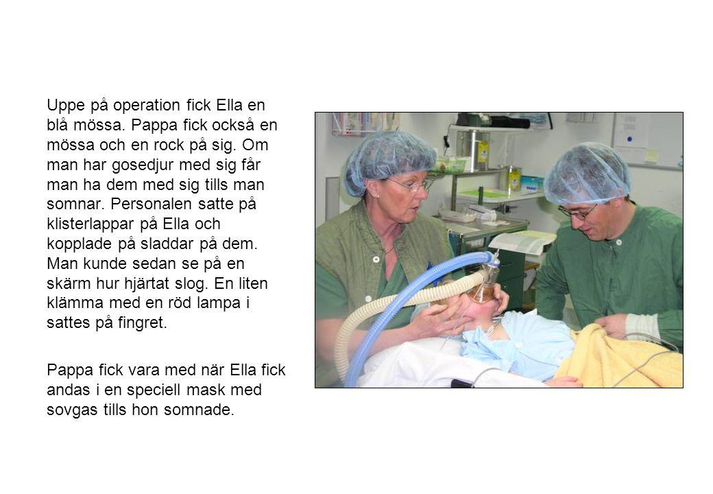 Uppe på operation fick Ella en blå mössa. Pappa fick också en mössa och en rock på sig. Om man har gosedjur med sig får man ha dem med sig tills man s