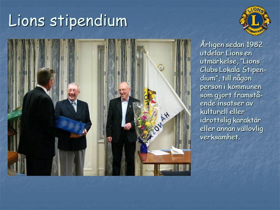 """Lions stipendium Årligen sedan 1982 utdelar Lions en utmärkelse, """"Lions Clubs Lokala Stipen- dium"""", till någon person i kommunen som gjort framstå- en"""