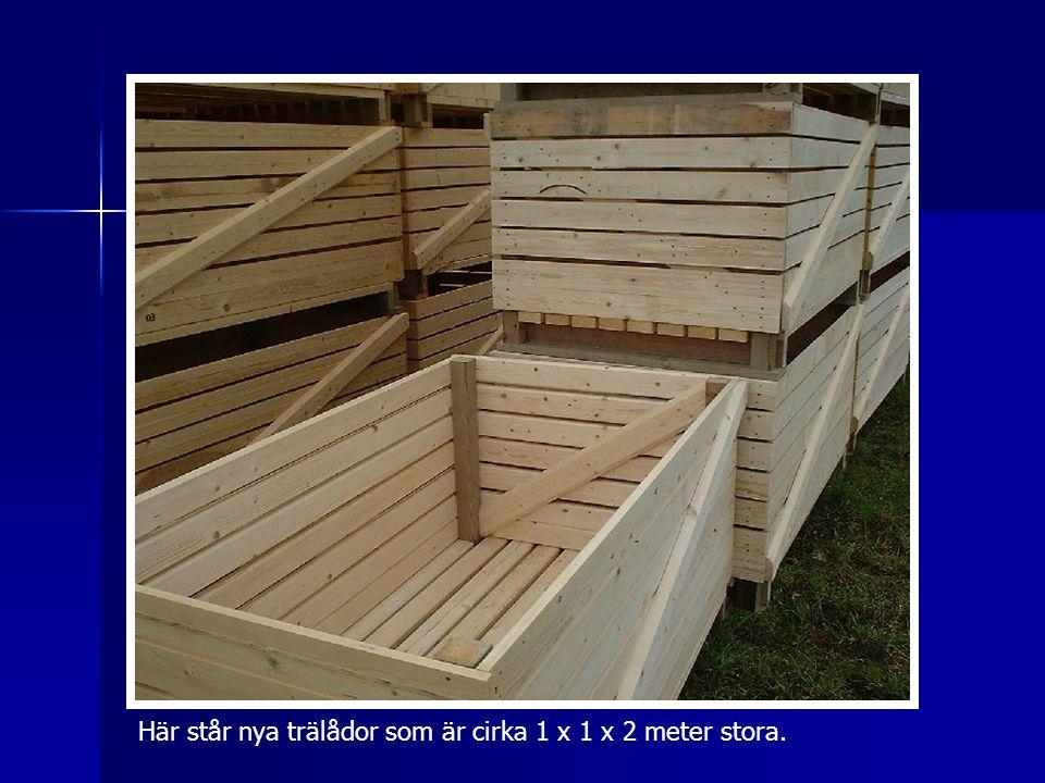 Här står nya trälådor som är cirka 1 x 1 x 2 meter stora.