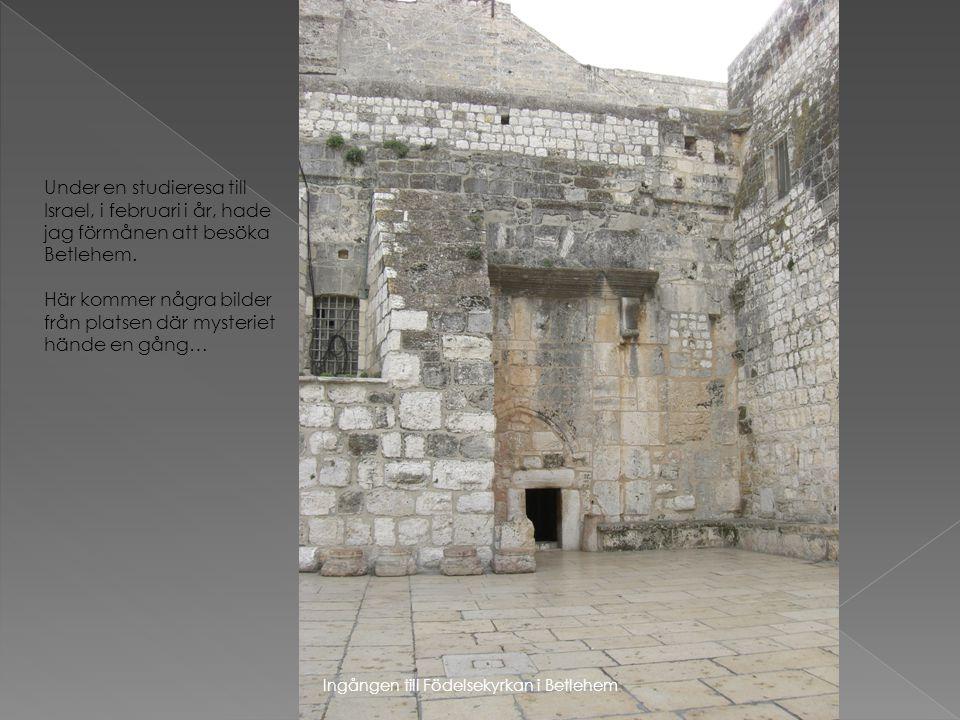 Ingången till Födelsekyrkan i Betlehem Under en studieresa till Israel, i februari i år, hade jag förmånen att besöka Betlehem. Här kommer några bilde