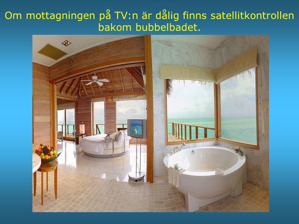 Om mottagningen på TV:n är dålig finns satellitkontrollen bakom bubbelbadet.