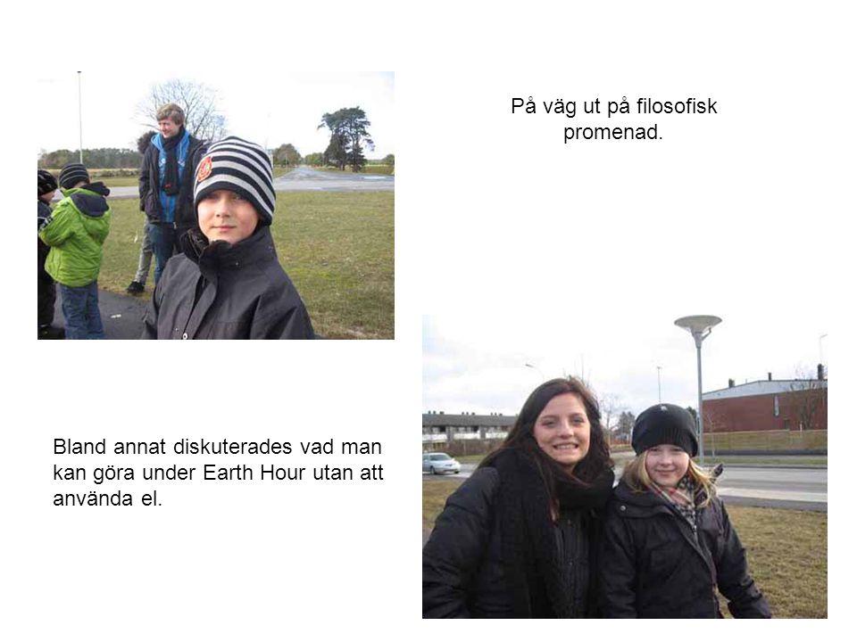 På väg ut på filosofisk promenad. Bland annat diskuterades vad man kan göra under Earth Hour utan att använda el.