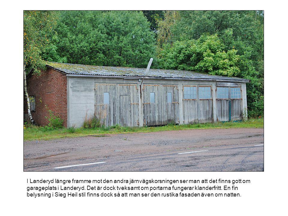 I Landeryd längre framme mot den andra järnvägskorsningen ser man att det finns gott om garageplats i Landeryd. Det är dock tveksamt om portarna funge