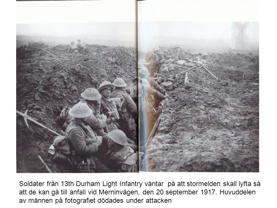 Soldater från 13th Durham Light Infantry väntar på att stormelden skall lyfta så att de kan gå till anfall vid Merninvägen, den 20 september 1917. Huv