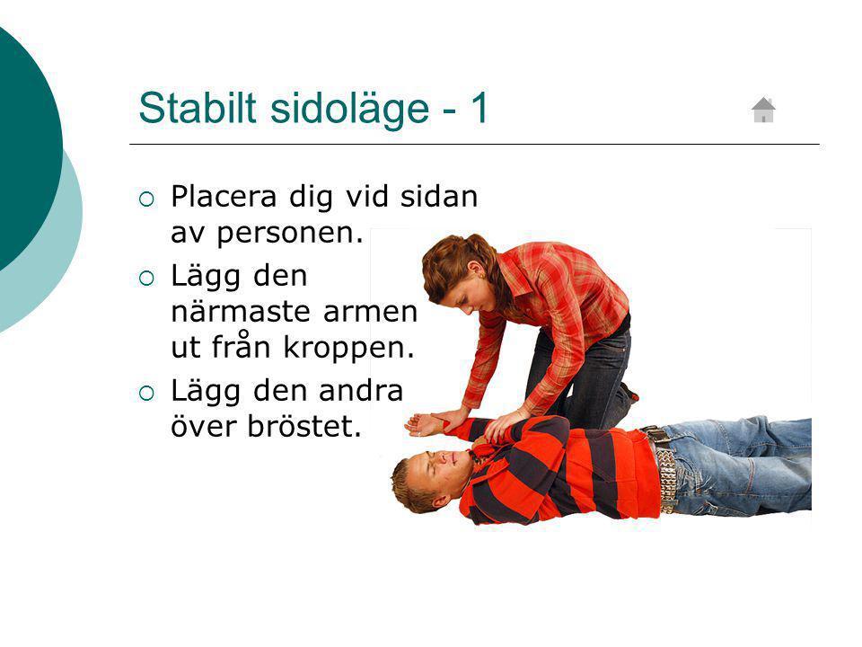 Stabilt sidoläge - 1  Placera dig vid sidan av personen.