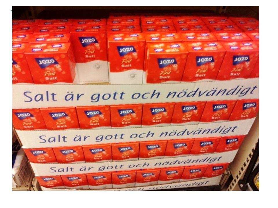Fakta •Nästan 80 proc av saltet från inköpta livsmedel, restaurang och storhushåll, resten tillsätts i hemmen •Vi äter 10 – 12 gr salt per dag i Sverige i snitt ( spann 6 - 25 gram) rekommendation högst 5 - 6 gram/ dag, mindre för barn, gravida och ammande •Natrium i salt (NaCl) ökar risken för högt blodtryck •Var tredje till fjärde svensk är drabbad av högt blodtryck(>140/90 mmHG) •Saltreduktion förväntas minska dödligheten rejält, numera robusta studier •Förväntad minskad dödlighet om saltreduktion om 3 gram per dag: DK 1000 dödsfall per år, UK 14 000, globalt 2,5 miljoner •Stort engagemang i saltfrågan i många andra länder, EU och WHO •Saltreduktion går trögt i Sverige •Regeringen noll intresserad •Viktig folkhälsofråga •Saltreduktion är samhällsekonomiskt kostnadseffektiv •1 procent oroar sig över salt i maten, 7 procent undviker aktivt salt, 25 procent håller koll på sin konsumtion av salt (Yougov 2013)