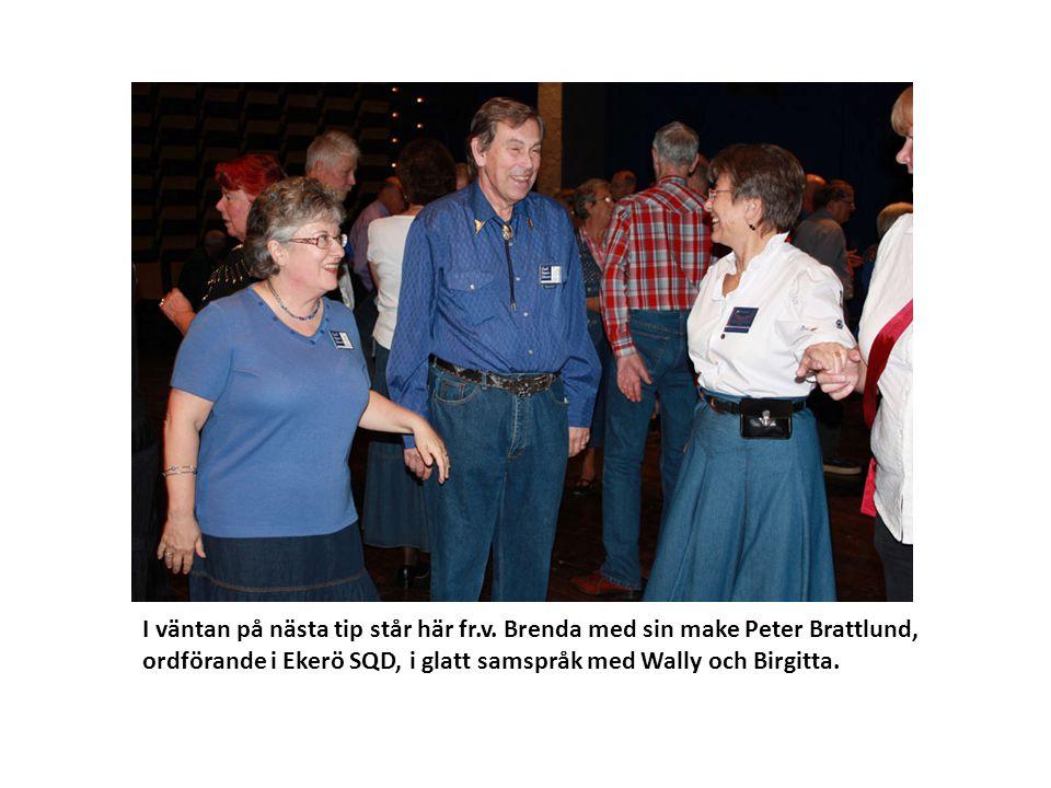 I väntan på nästa tip står här fr.v. Brenda med sin make Peter Brattlund, ordförande i Ekerö SQD, i glatt samspråk med Wally och Birgitta.