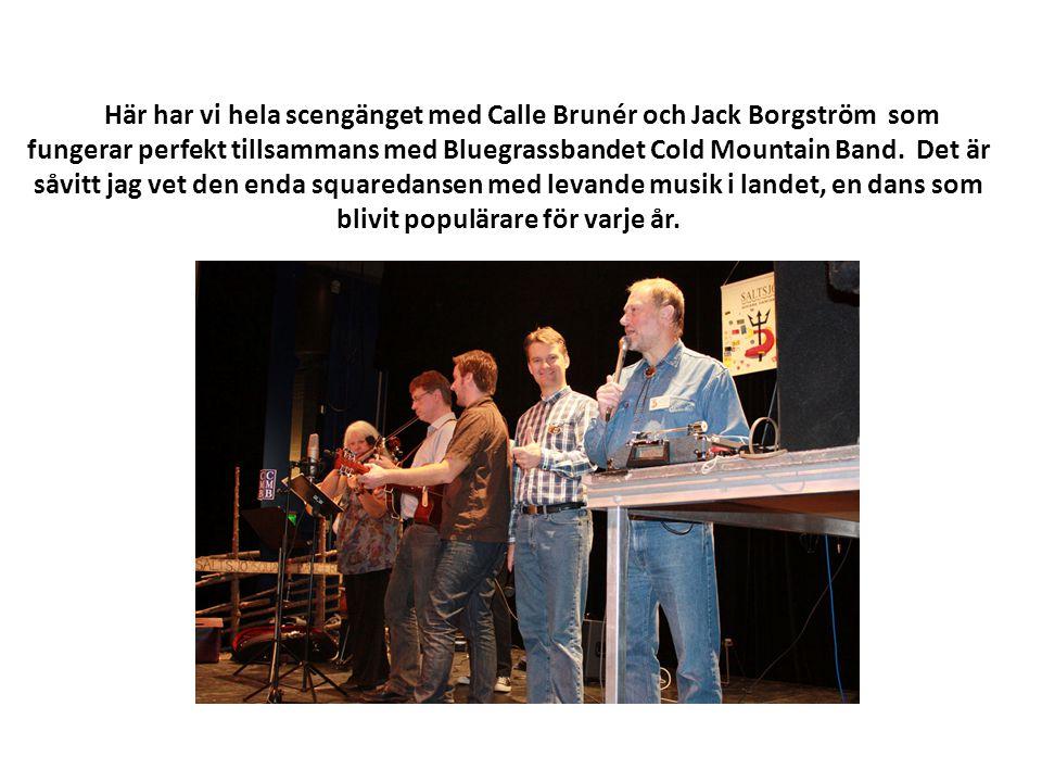 Här har vi hela scengänget med Calle Brunér och Jack Borgström som fungerar perfekt tillsammans med Bluegrassbandet Cold Mountain Band. Det är såvitt