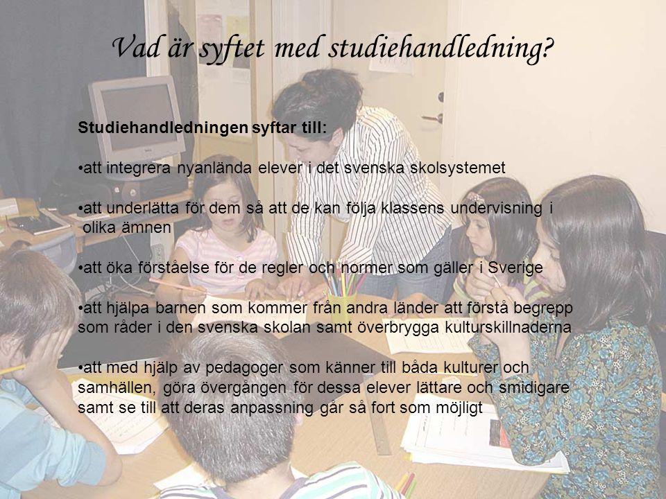 Studiehandledningen syftar till: •att integrera nyanlända elever i det svenska skolsystemet •att underlätta för dem så att de kan följa klassens undervisning i olika ämnen •att öka förståelse för de regler och normer som gäller i Sverige •att hjälpa barnen som kommer från andra länder att förstå begrepp som råder i den svenska skolan samt överbrygga kulturskillnaderna •att med hjälp av pedagoger som känner till båda kulturer och samhällen, göra övergången för dessa elever lättare och smidigare samt se till att deras anpassning går så fort som möjligt Vad är syftet med studiehandledning?