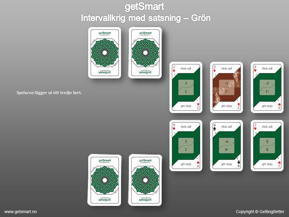 Spelarna lägger ut sitt tredje kort.