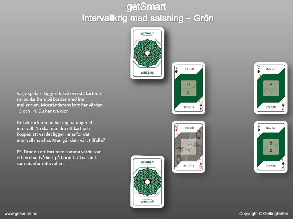 Varje spelare lägger de två översta korten i sin bunke fram på bordet med lite mellanrum.