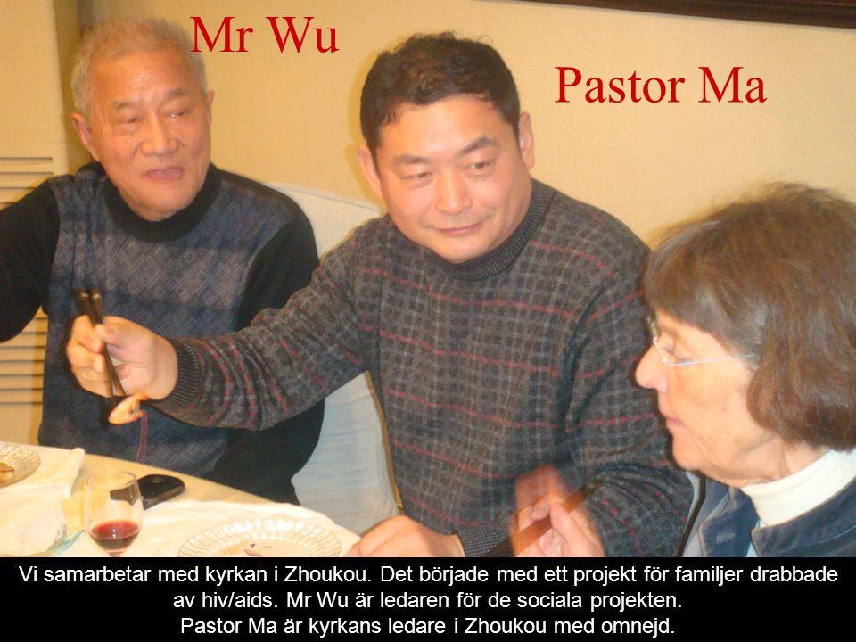 Pastor Ma Mr Wu Vi samarbetar med kyrkan i Zhoukou. Det började med ett projekt för familjer drabbade av hiv/aids. Mr Wu är ledaren för de sociala pro