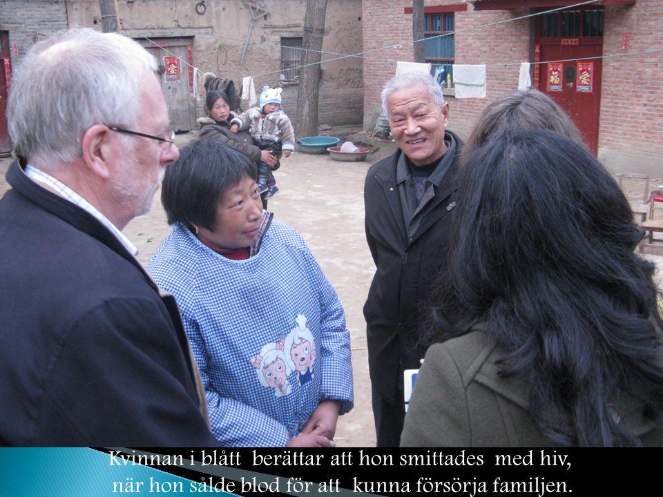 Kvinnan i blått berättar att hon smittades med hiv, när hon sålde blod för att kunna försörja familjen.