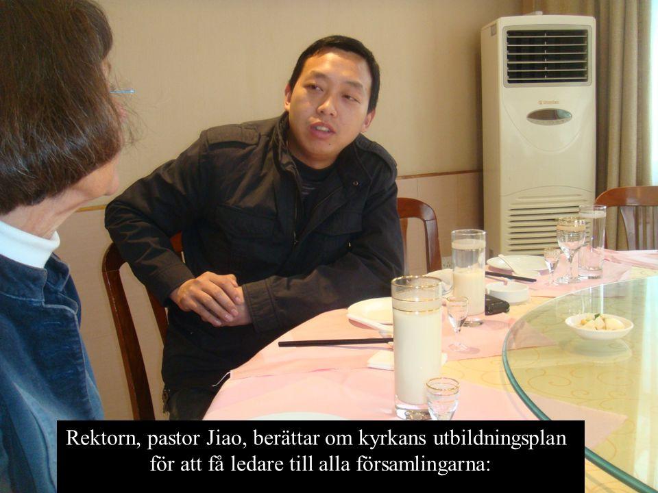 Rektorn, pastor Jiao, berättar om kyrkans utbildningsplan för att få ledare till alla församlingarna: