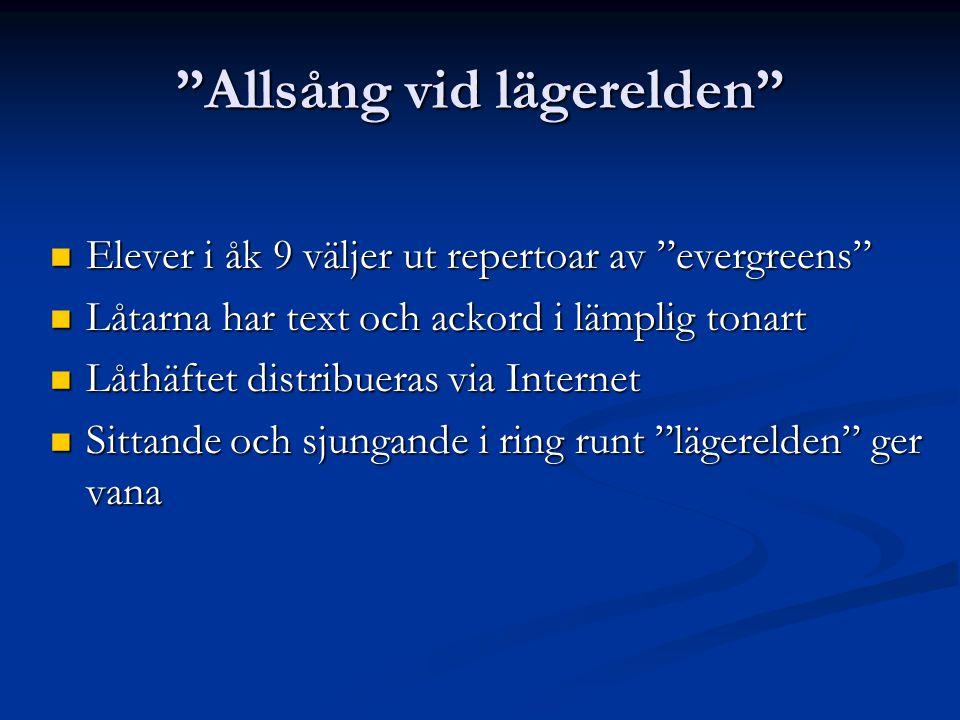 """""""Allsång vid lägerelden""""  Elever i åk 9 väljer ut repertoar av """"evergreens""""  Låtarna har text och ackord i lämplig tonart  Låthäftet distribueras v"""