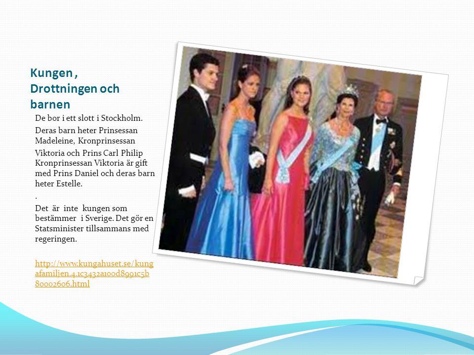 Kungen, Drottningen och barnen De bor i ett slott i Stockholm. Deras barn heter Prinsessan Madeleine, Kronprinsessan Viktoria och Prins Carl Philip Kr