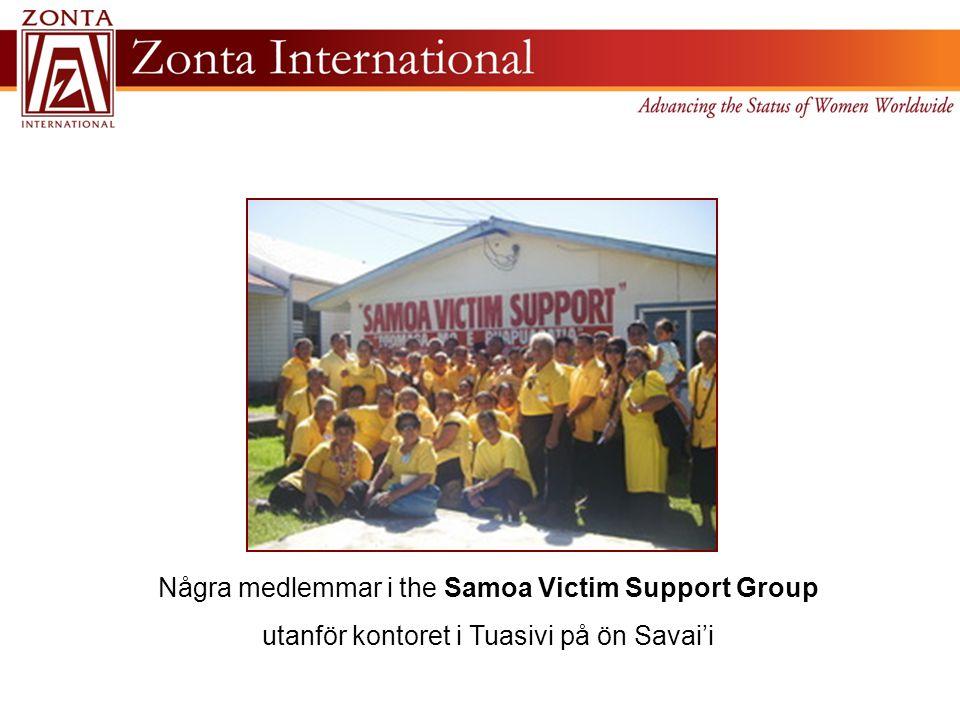 Några medlemmar i the Samoa Victim Support Group utanför kontoret i Tuasivi på ön Savai'i