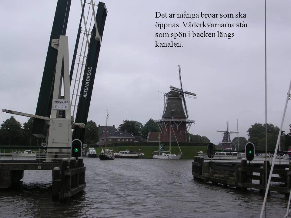 Det är många broar som ska öppnas. Väderkvarnarna står som spön i backen längs kanalen.