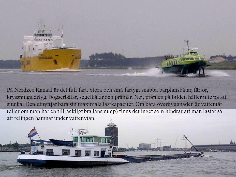 På Nordzee Kanaal är det full fart. Stora och små fartyg, snabba bärplansbåtar, färjor, kryssningsfartyg, bogserbåtar, segelbåtar och pråmar. Nej, prå