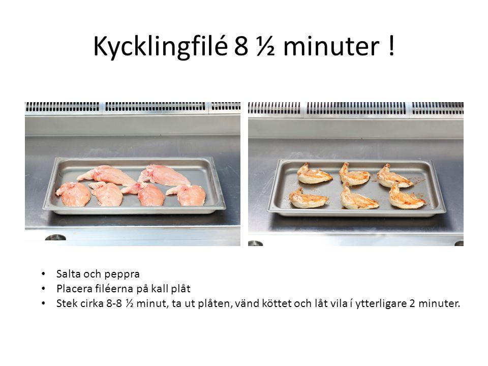 Kycklingfilé 8 ½ minuter ! • Salta och peppra • Placera filéerna på kall plåt • Stek cirka 8-8 ½ minut, ta ut plåten, vänd köttet och låt vila í ytter